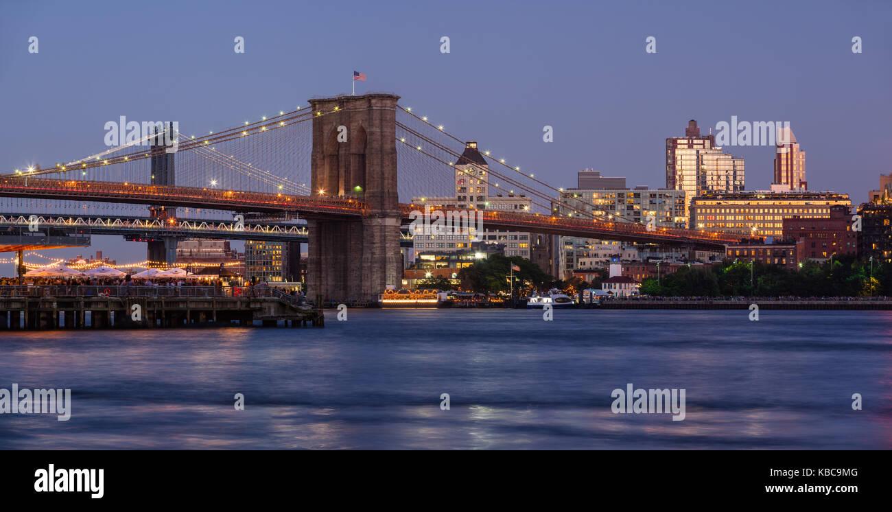 Vue panoramique de Brooklyn Riverfront avec le Pont de Brooklyn au crépuscule, le pont de Manhattan et Brooklyn Photo Stock