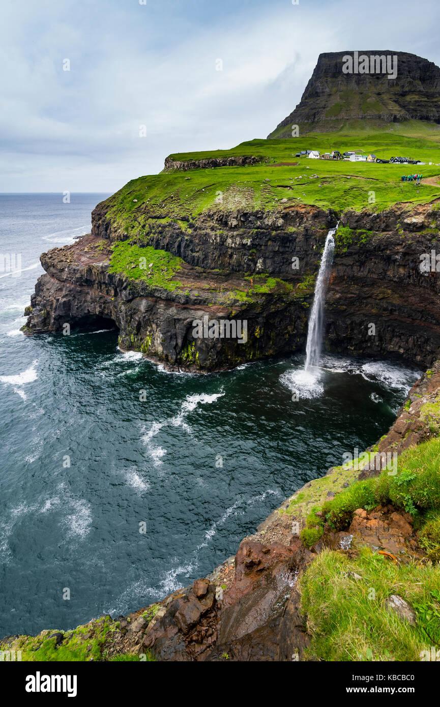 Gasadalur cascade dans l'océan, les îles Féroé, vagar et, au Danemark, en europe Photo Stock