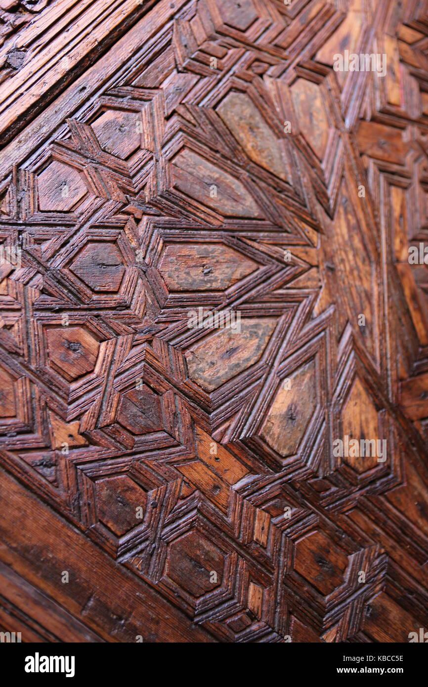türe dans marokko mit intarsien aus holz - porte au maroc en