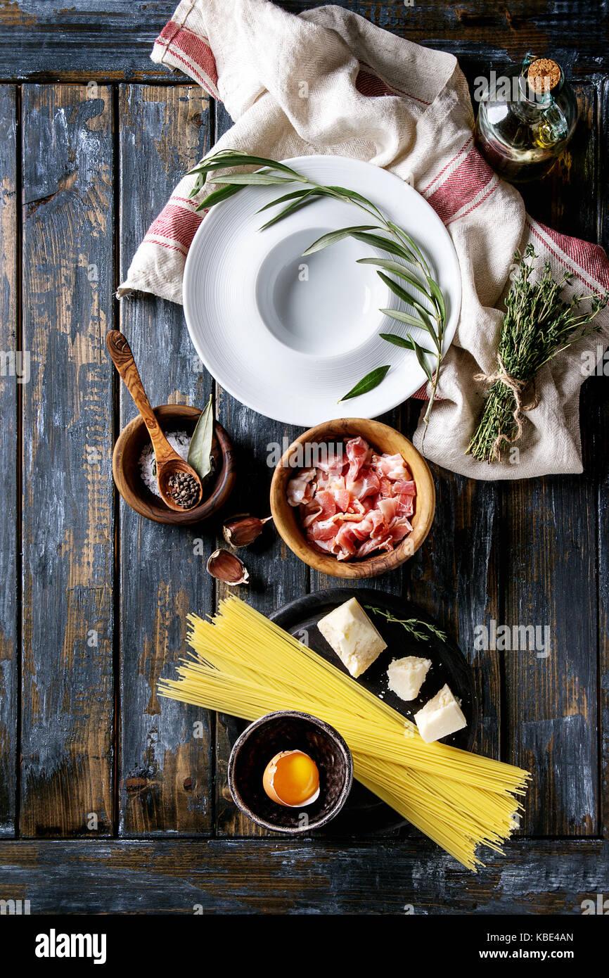 Ingrédients pour la cuisine italienne traditionnelle Pasta alla carbonara spaghettis non cuits., la pancetta bacon, Banque D'Images