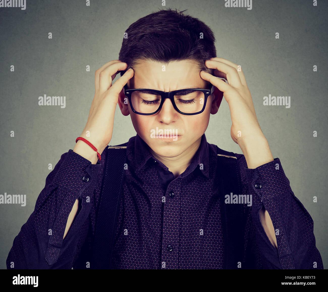 Closeup portrait triste jeune homme avec inquiets face à l'expression a souligné Banque D'Images