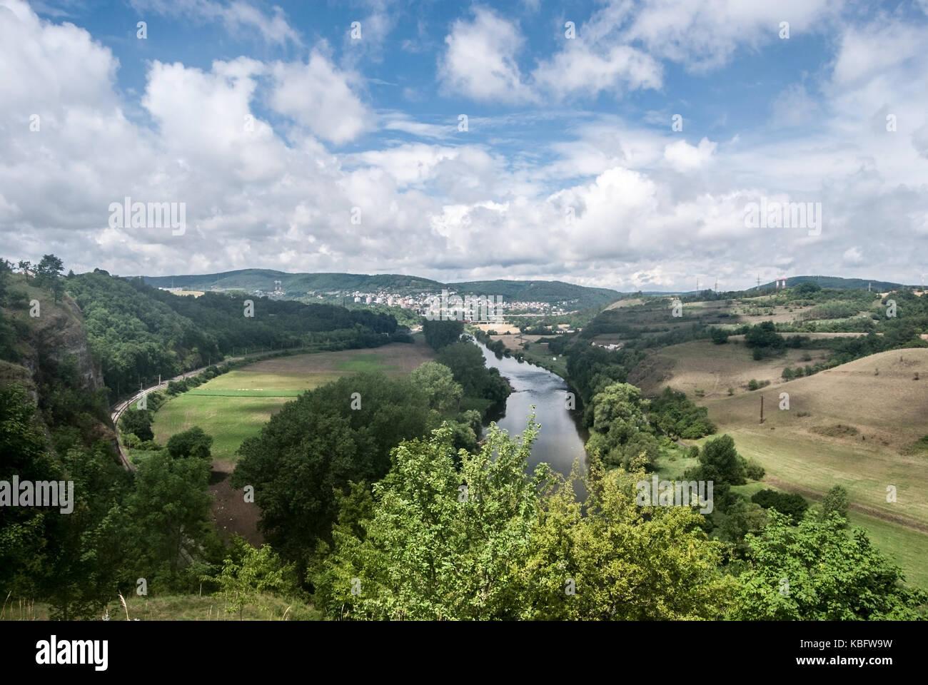 La rivière Berounka avec campagne autour de la ville de Beroun, et les collines de l'arrière-plan de tetinska rock skala en Bohême centrale en République tchèque Banque D'Images