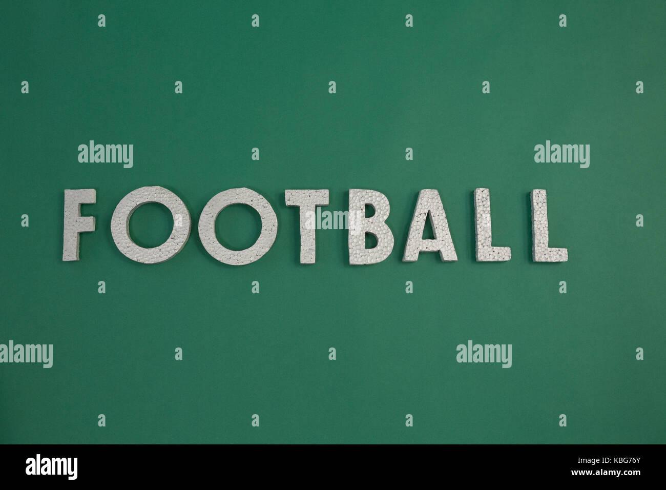 Close-up o football mot organisé sur fond vert Photo Stock