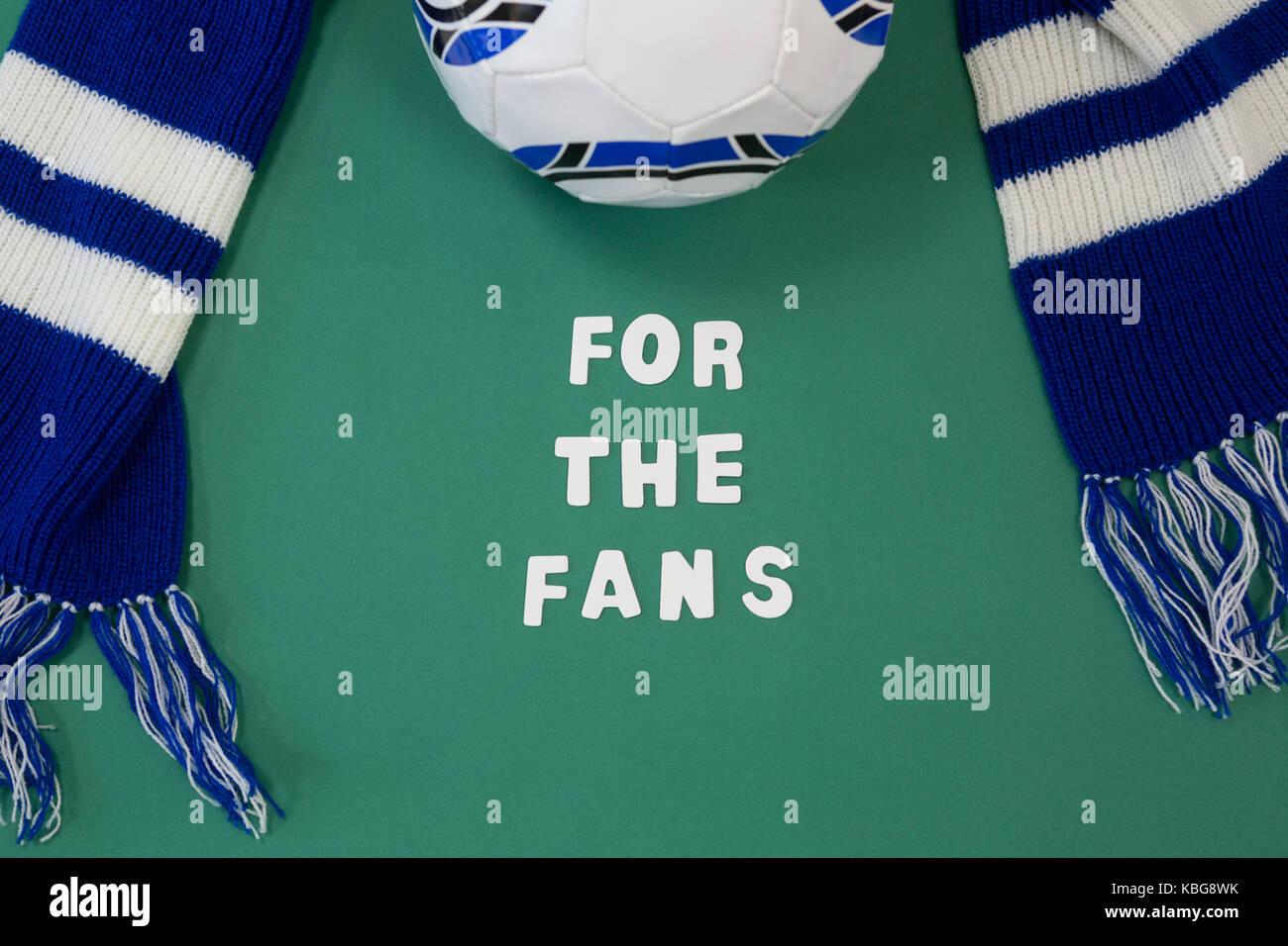 Close-up de silencieux et de football avec le texte sur fond vert Photo Stock