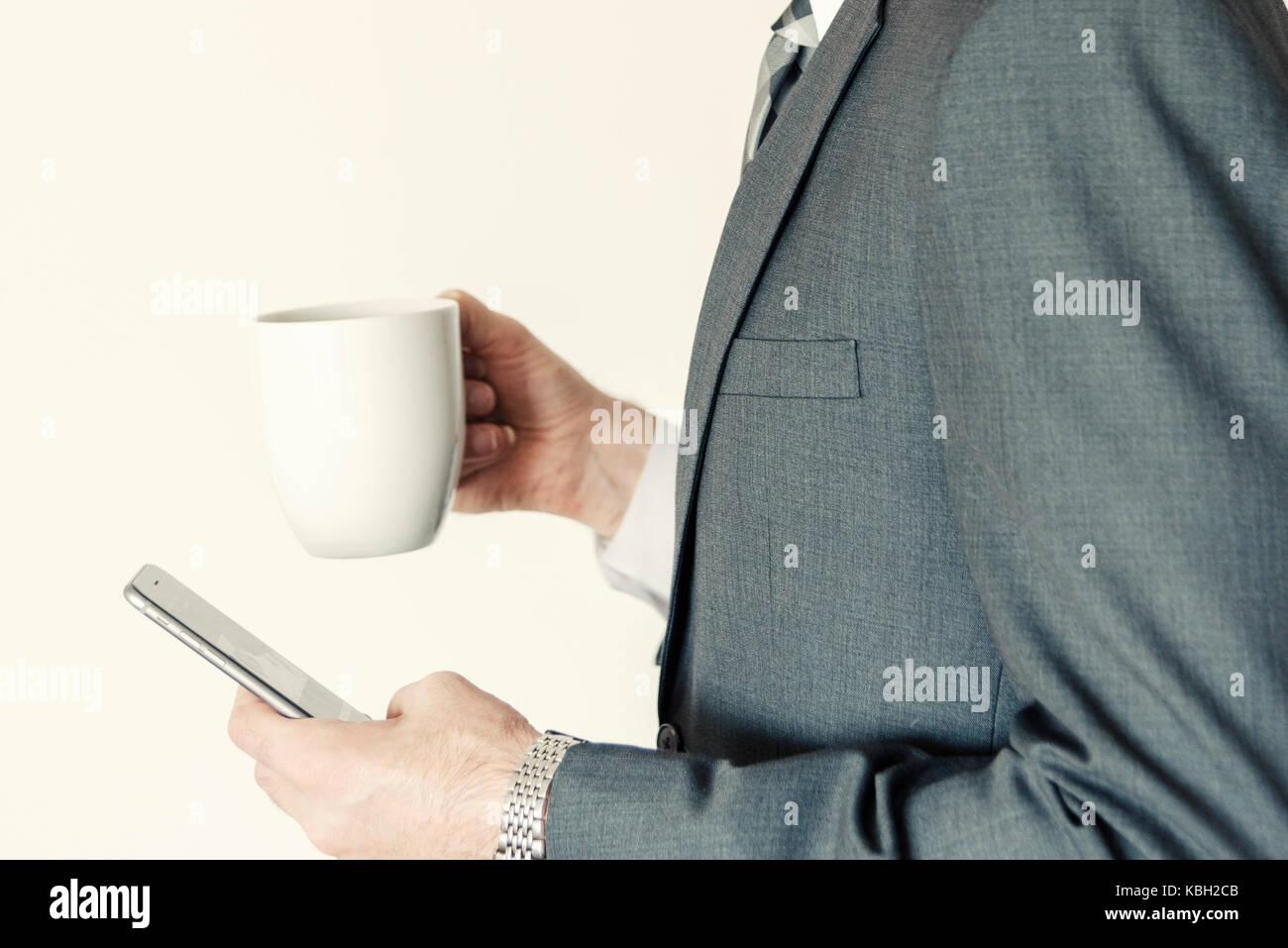 Homme sans tête profil professionnel vue latérale à l'aide de smart mobile phone tout en tenant Photo Stock