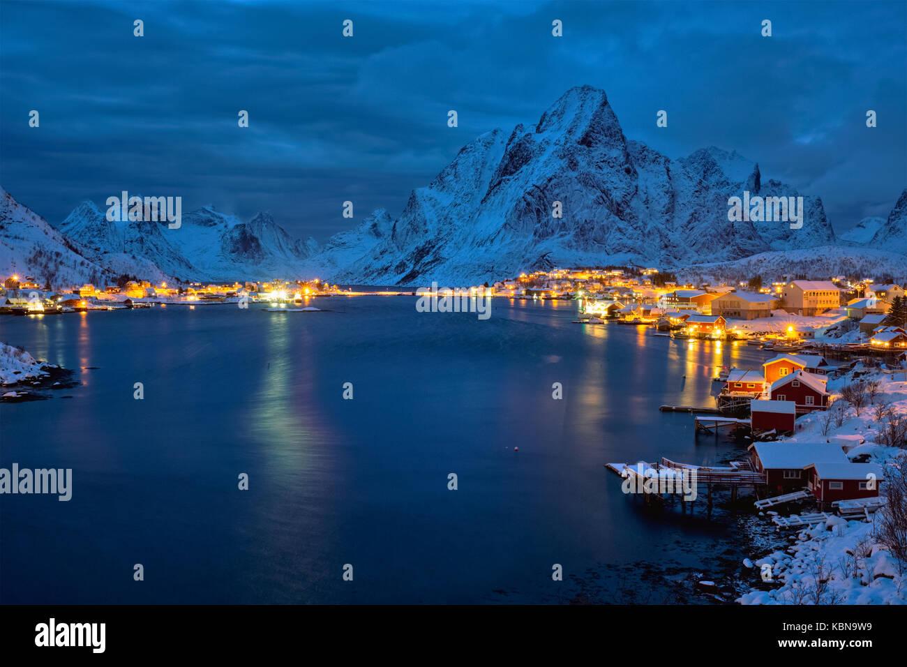Reine village la nuit. îles Lofoten, Norvège Banque D'Images