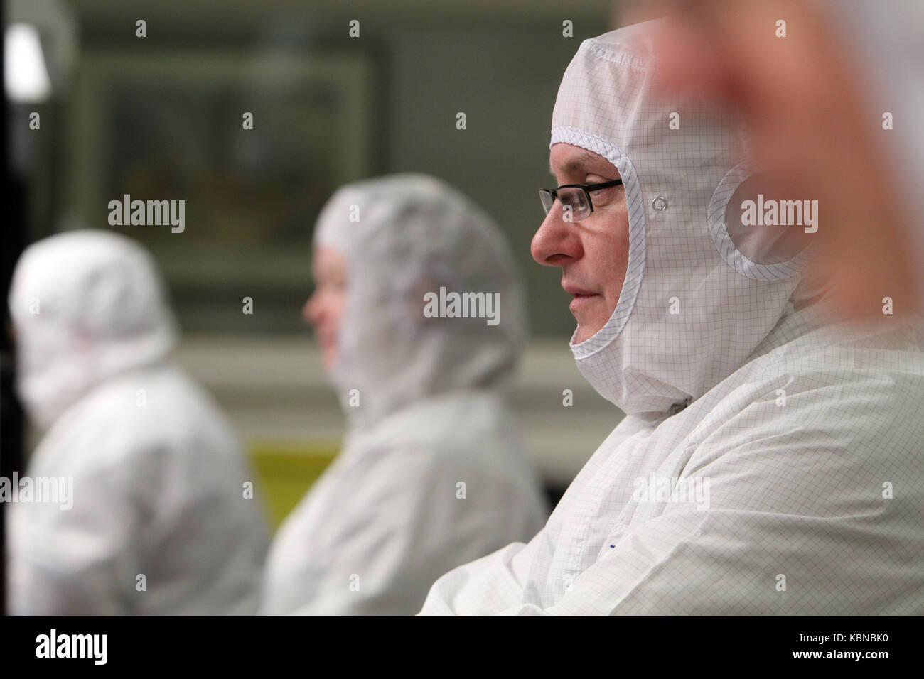 Les scientifiques qui travaillent en salle blanche Photo Stock
