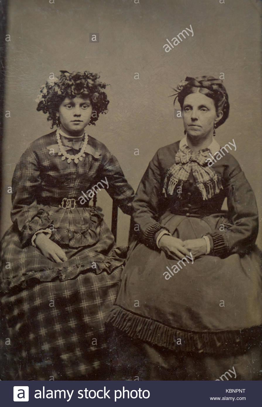 Archive américaine studio monochrome photo portrait sur plaque ferrotype  d une femme et sa fille d67136706dd