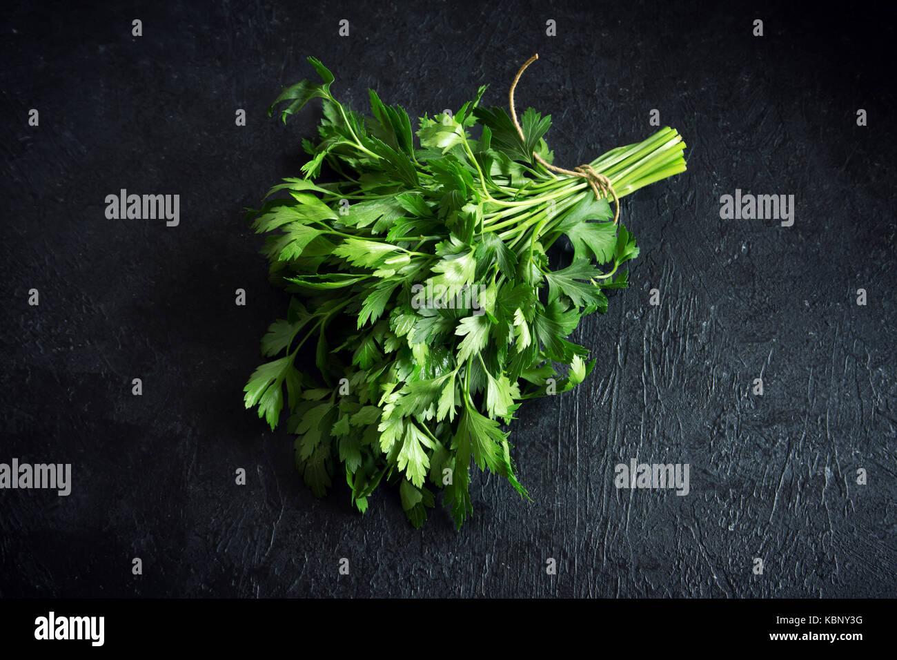 Persil italien biologique libre sur fond noir, de l'ingrédient alimentaire végétarien sain. persil Photo Stock