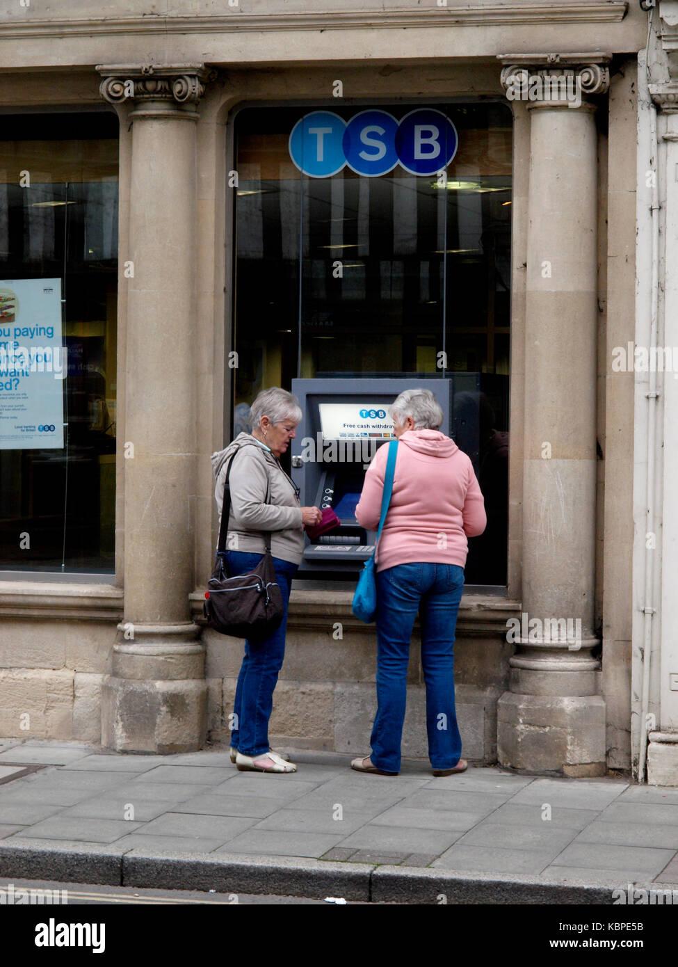 Deux vieilles dames à l'aide d'un distributeur automatique de BST, tewkesbury, Gloucestershire, Royaume Photo Stock