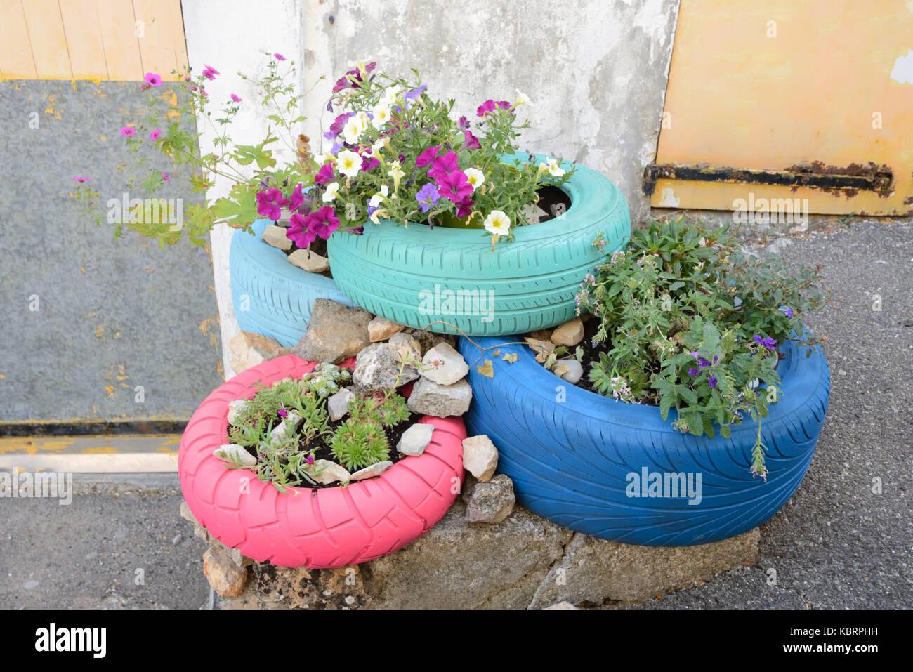 Pot De Fleur Avec Des Pneus de vieux pneus recycl�s ou des pneus, peint et utilis� comme
