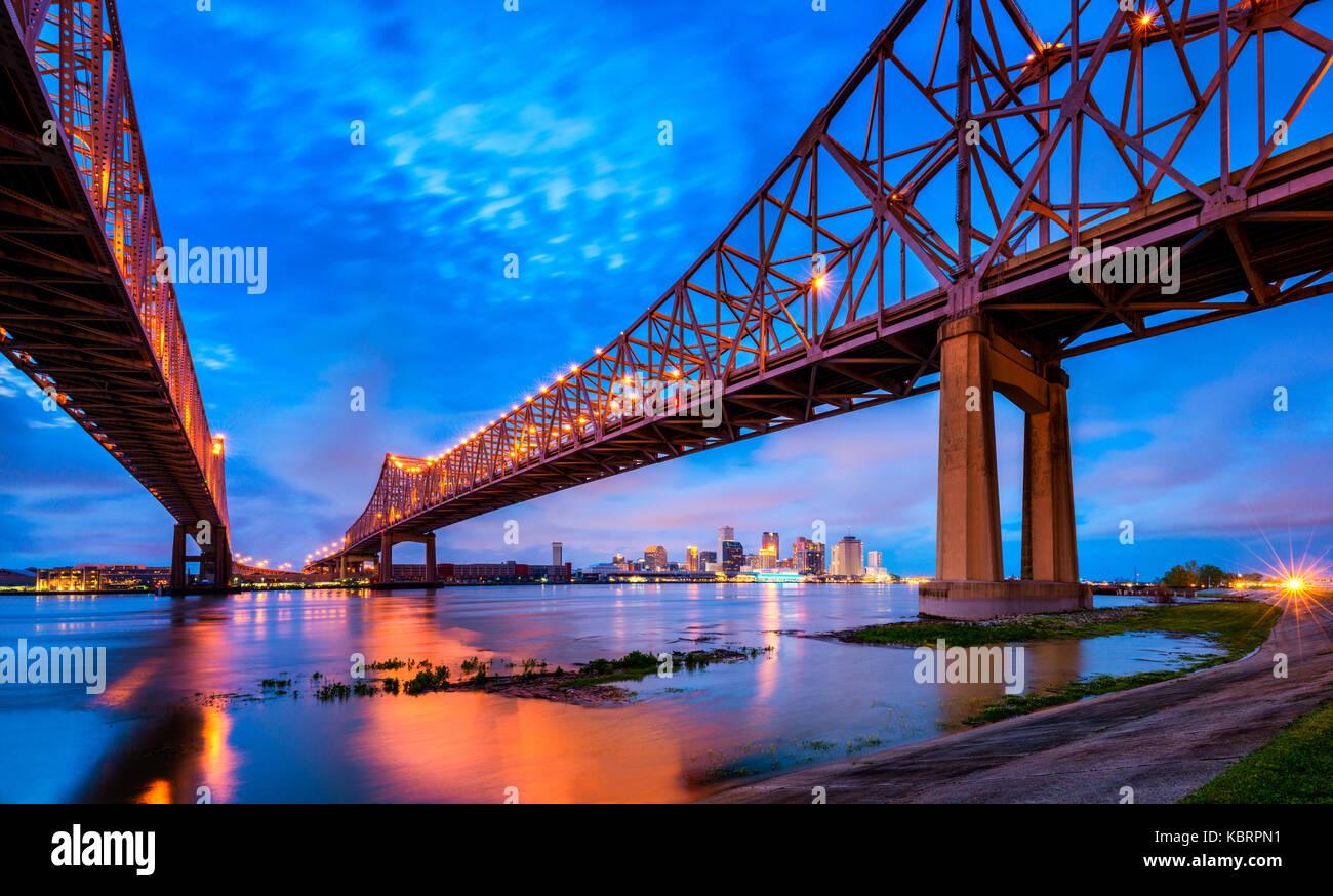 L'horizon de la Nouvelle Orléans avec Mississippi River au crépuscule Banque D'Images