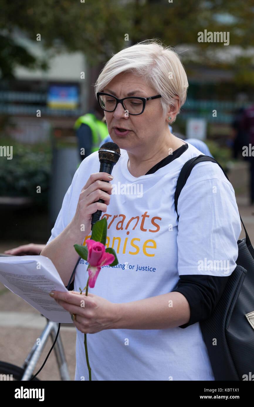 Londres, Royaume-Uni. 30 Septembre, 2017. Zrinka Bralo, chef de la direction de migrants Organiser, lit une histoire Photo Stock