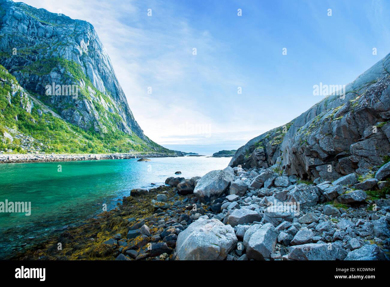 Surplombant la mer depuis près de Djupfjorden, Henningsvaer Lofoten, Norvège. Photo Stock
