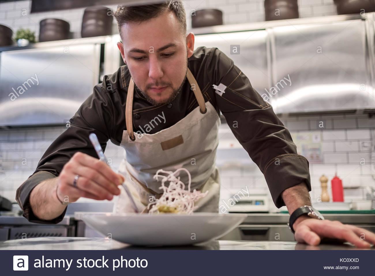 Caucasian man cuisiniers repas sain. Photo Stock