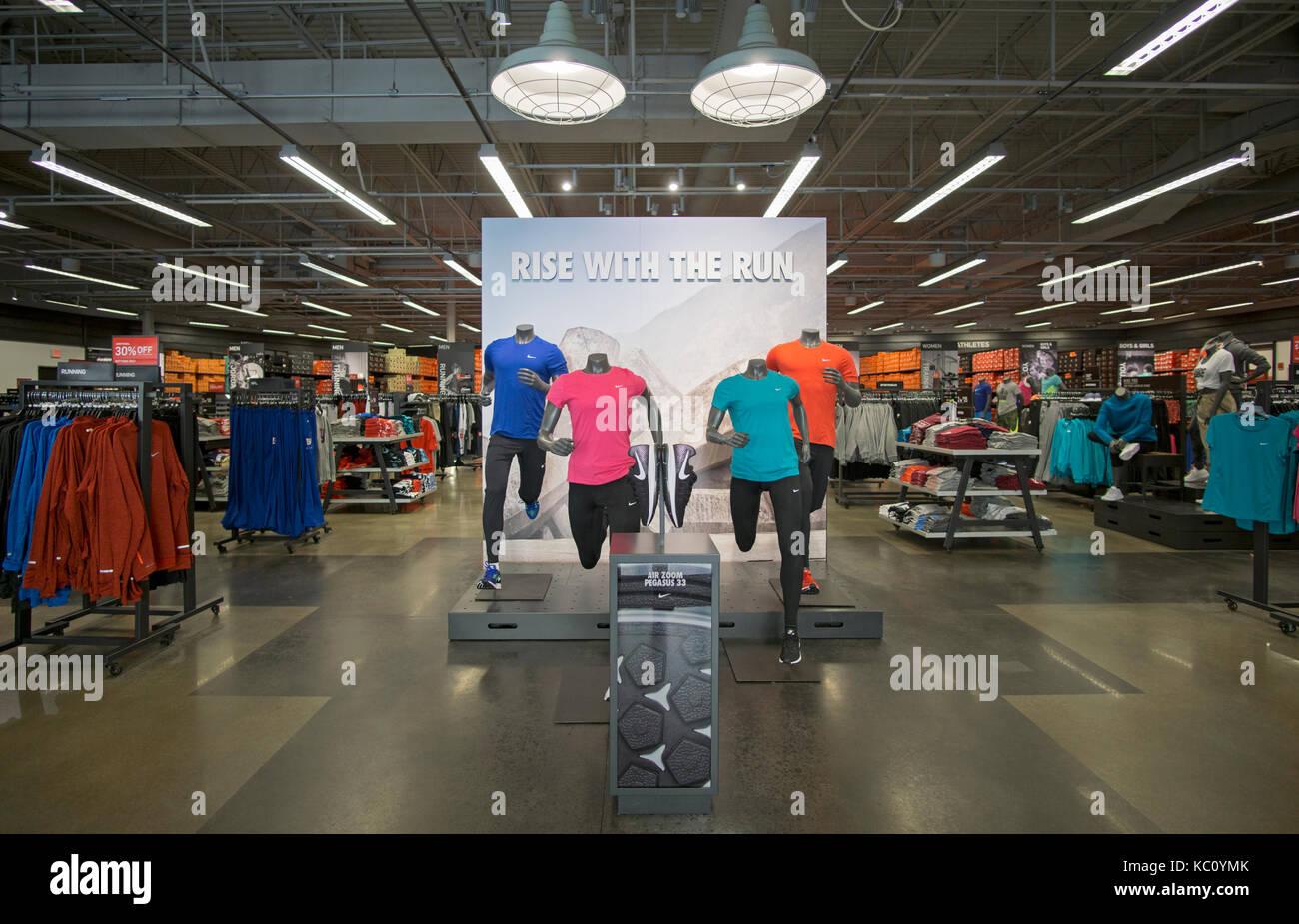 date de sortie c6c77 664f9 Des mannequins à l'entrée de l'usine Nike Store au Tanger ...