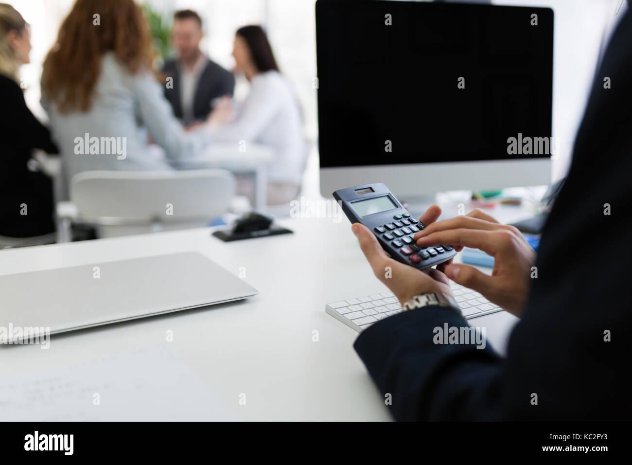 L'analyse des diagrammes de l'investissement d'affaires avec la calculatrice sur office 24 Photo Stock