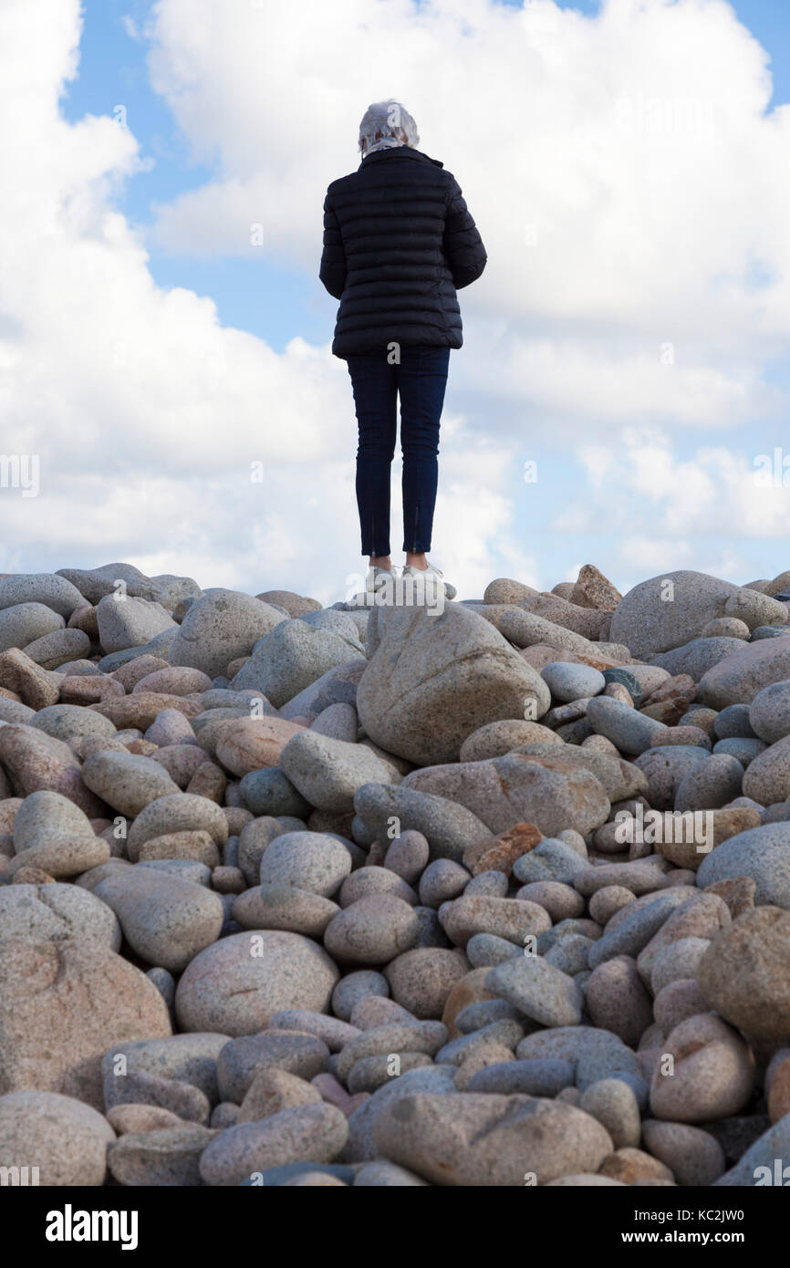 Sur la côte nord-ouest de l'île de Bréhat (Bretagne - France),un vieillard les touristes à Photo Stock