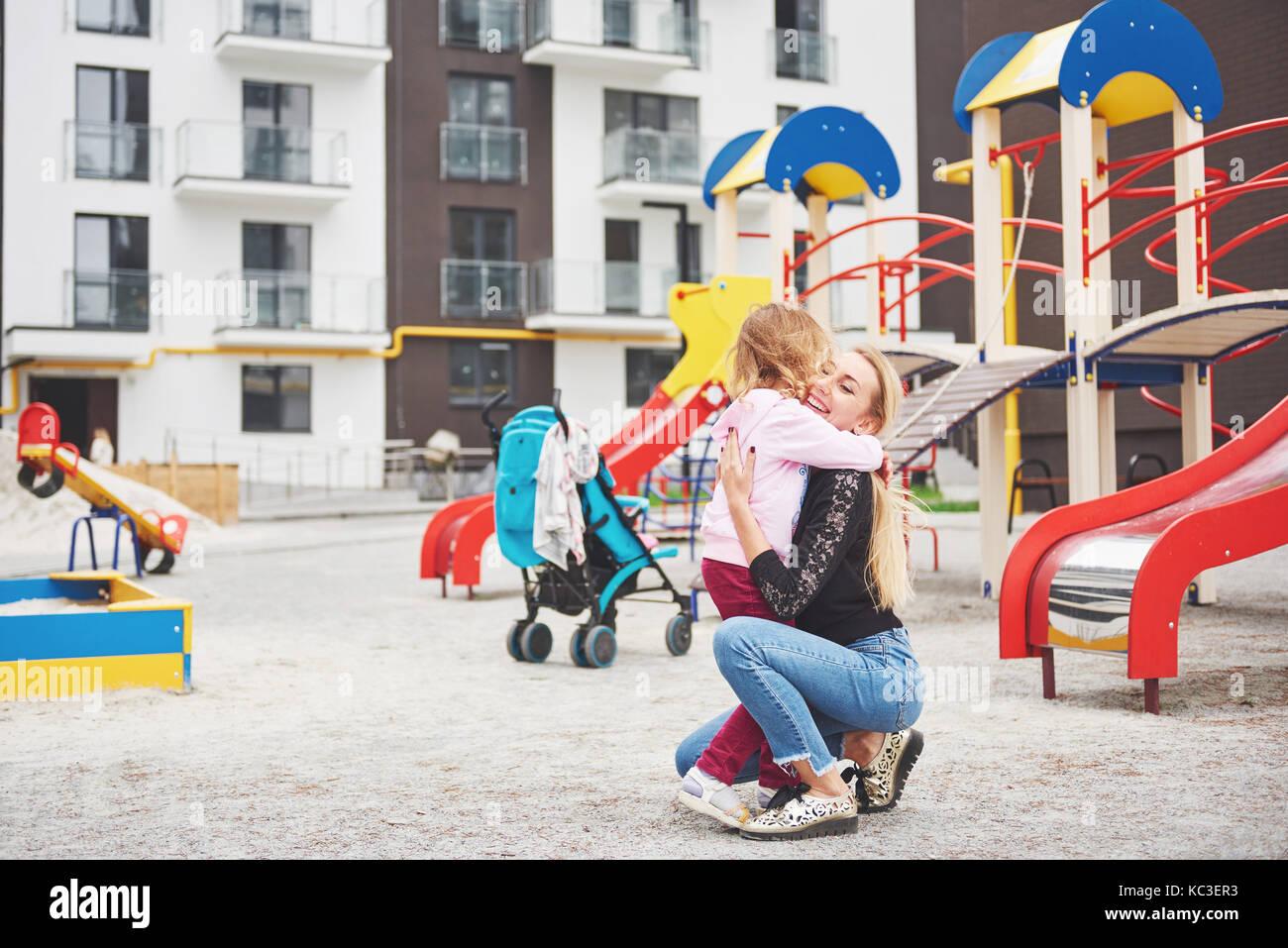 Une mère de famille sur l'aire de jeux Banque D'Images