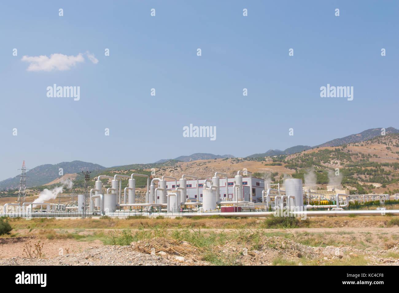 L'eau chaude de l'underground est convertie en énergie électrique par l'intermédiaire Photo Stock