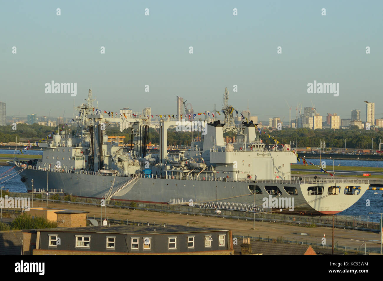 Navire de ravitaillement de la Marine chinoise AOR 966 Gaoyouhu PLAN amarrés dans le King George V Dock in Photo Stock