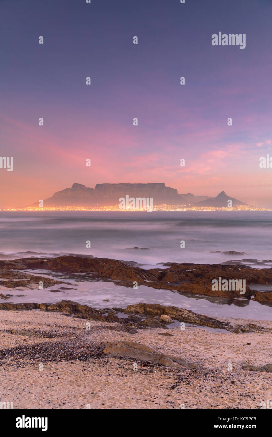 Vue de la table mountain à partir de bloubergstrand au coucher du soleil, Cape Town, Western Cape, Afrique Photo Stock