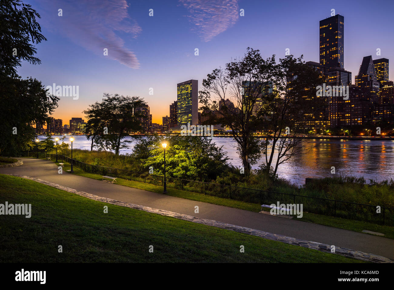 Soir d'été vue sur Manhattan Midtown East à partir de Roosevelt Island avec l'East River. Photo Stock