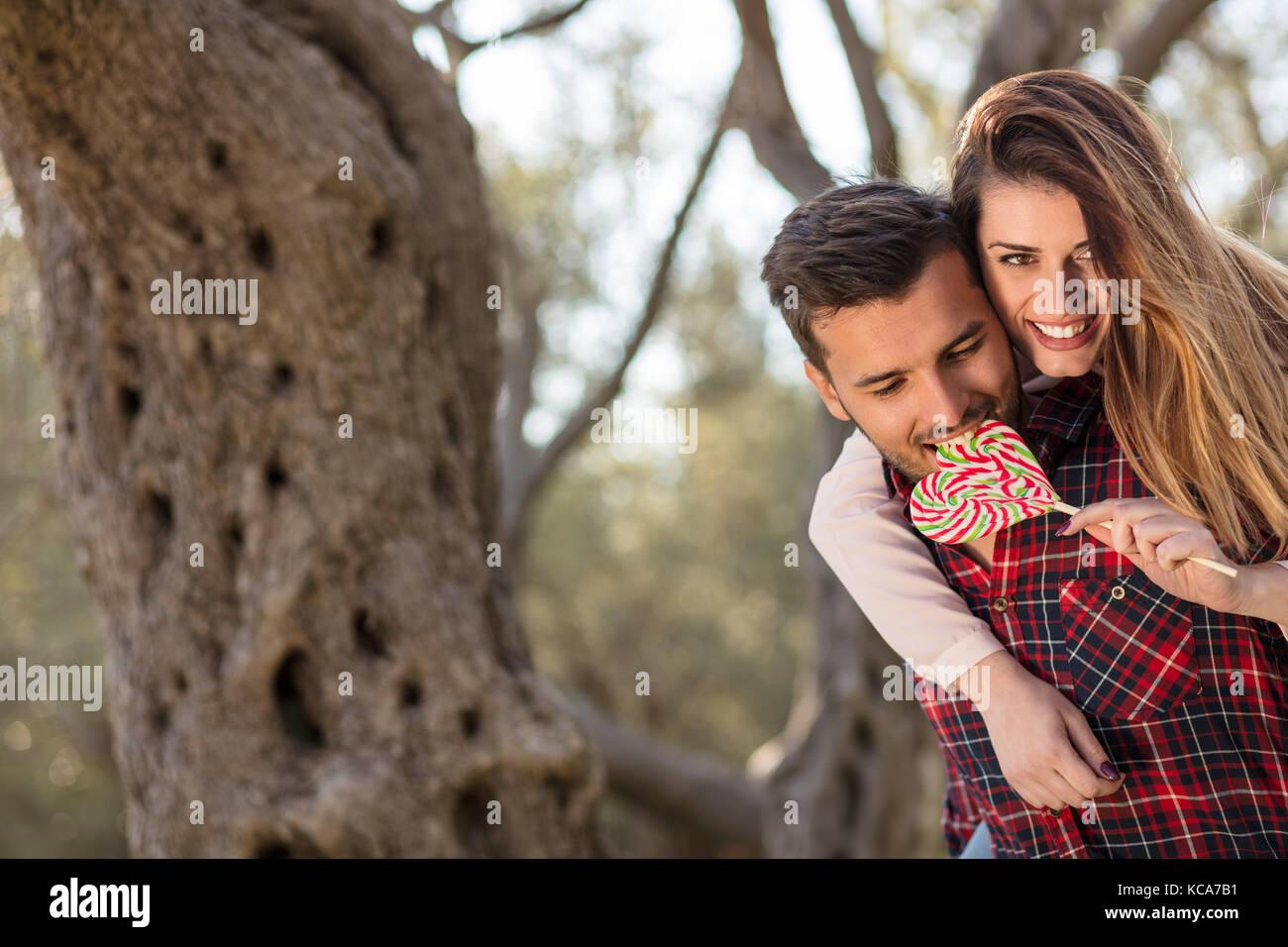 Portrait d'un jeune couple sympathique dans la nature ensemble serra Photo Stock