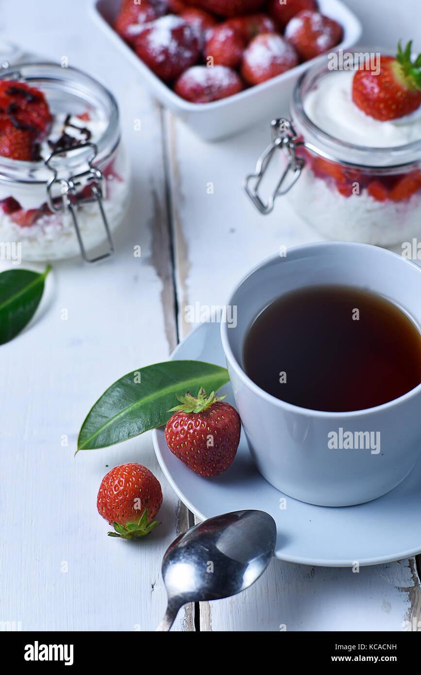 Thé et dessert aux fraises Photo Stock