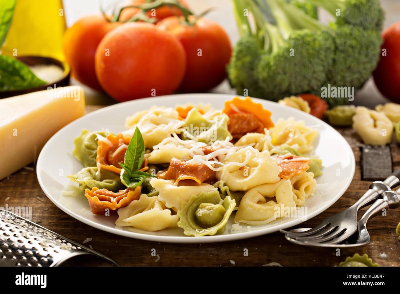 Rouge, blanc et vert avec des légumes et fromage tortellini Photo Stock
