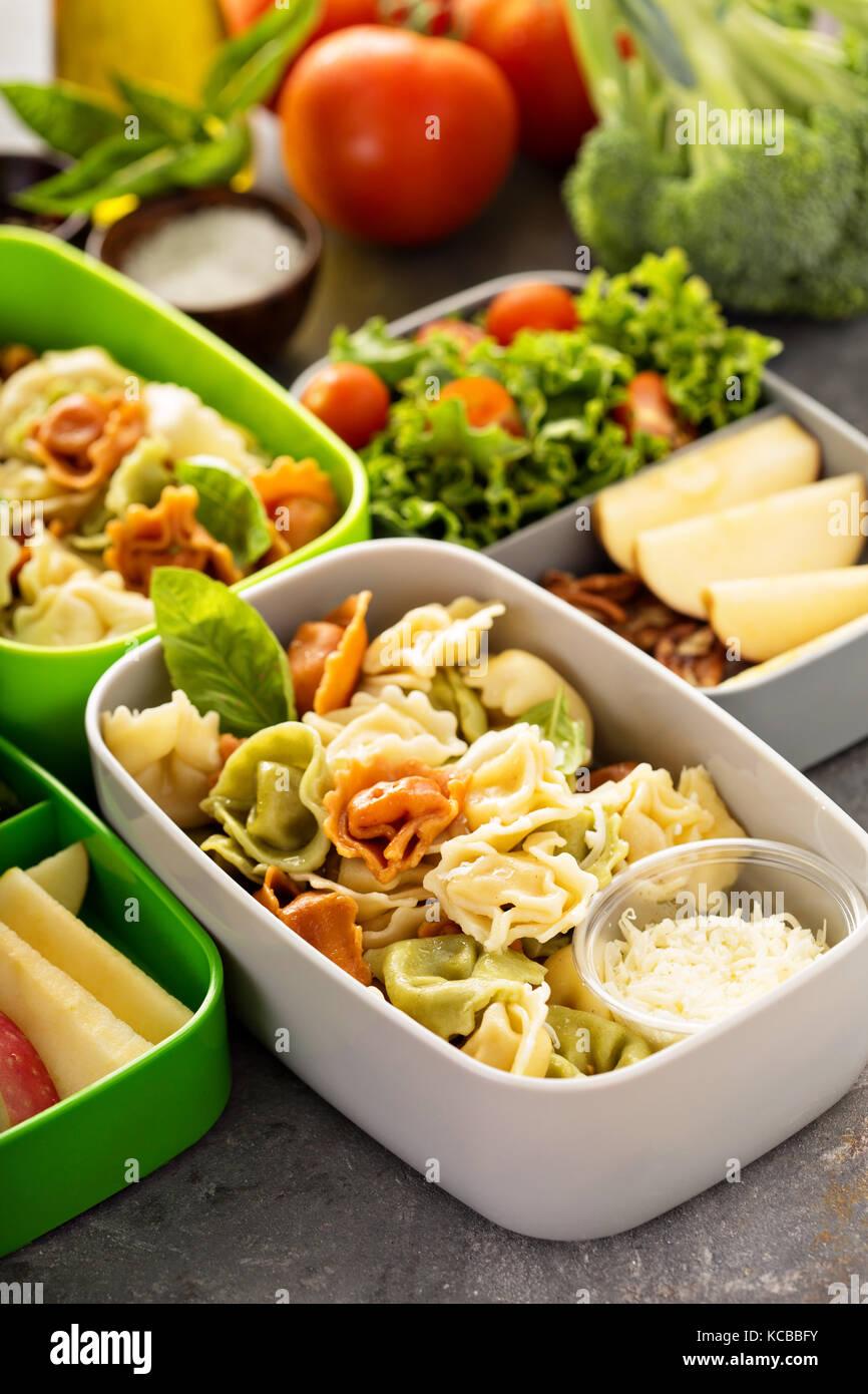 Boîtes à lunch avec des aliments prêts à aller Photo Stock