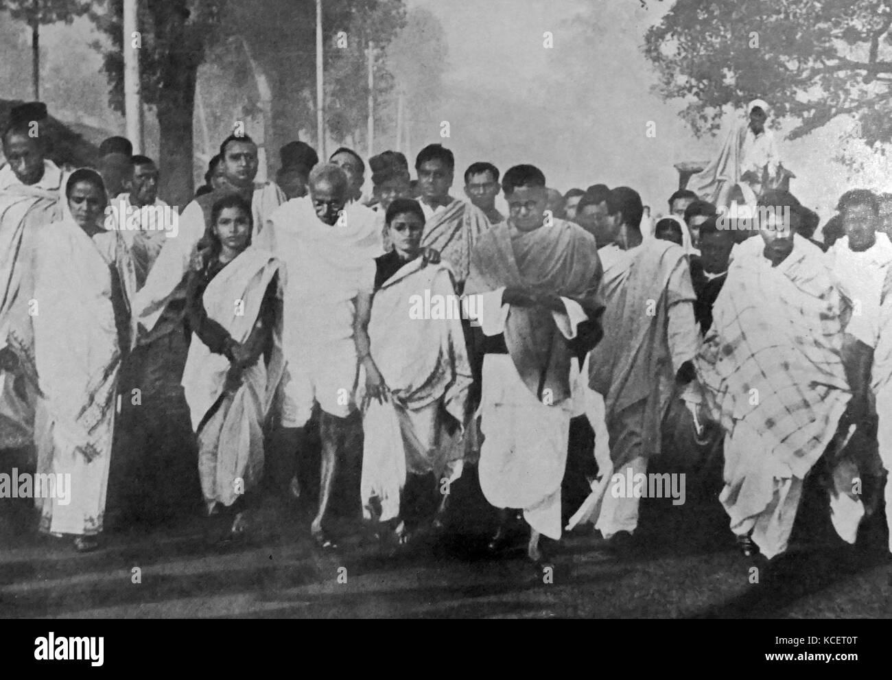 Mohandas Karamchand Gandhi avec des partisans sur une marche pour la paix au cours de la période suivant l'indépendance Photo Stock