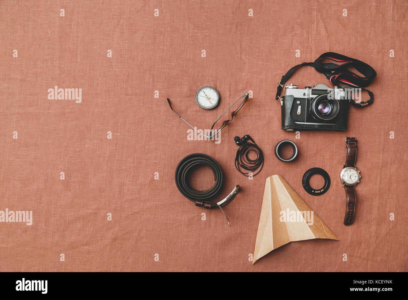 Accessoires pour hommes, ceinture, lunettes, porte-monnaie, watch, écouteurs, l'appareil photo Photo Stock
