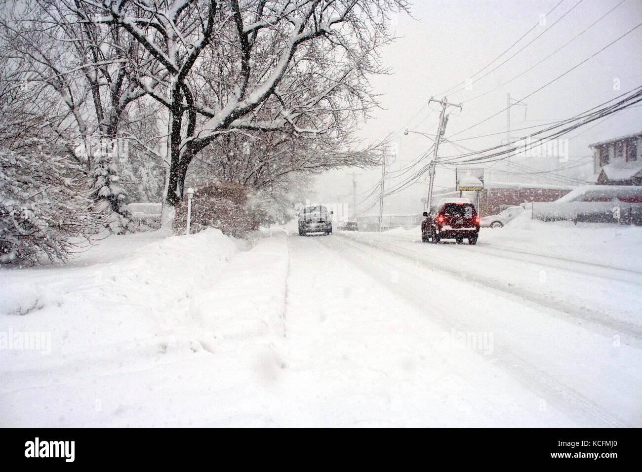 Les chasse-neige, travailler dur pour effacer la neige profonde sur les routes à la suite d'une tempête de neige. Banque D'Images
