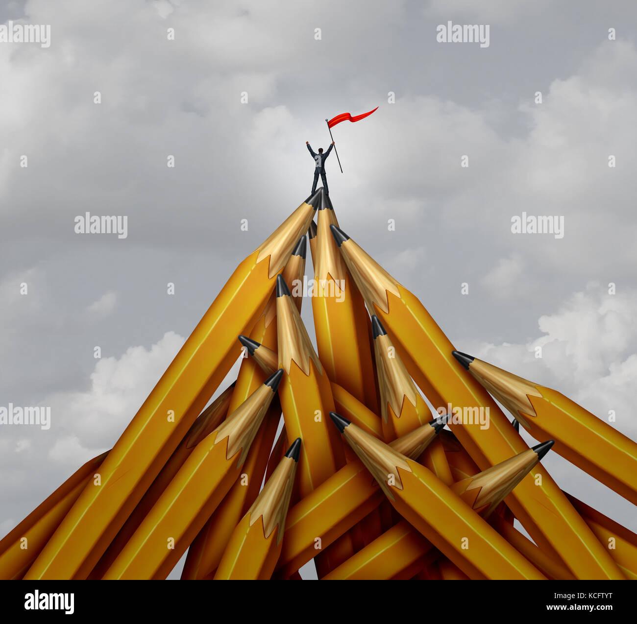 Creative Business champion comme une personne d'affaires leader sur le sommet d'une montagne faite d'objets Photo Stock