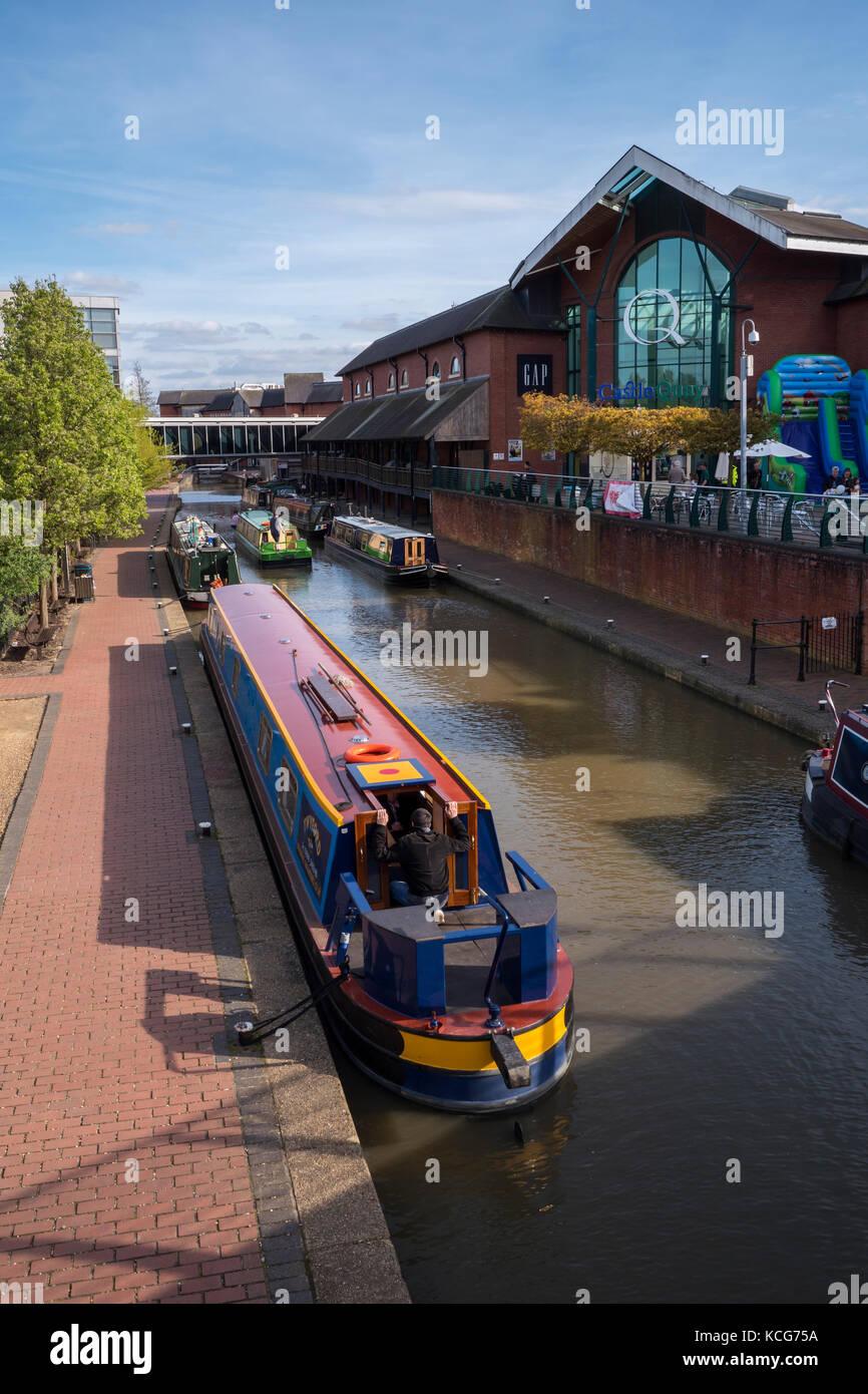 Des bateaux-canaux amarrés sur le canal d'Oxford au centre commercial Castle Quay Banbury Oxfordshire Angleterre Banque D'Images