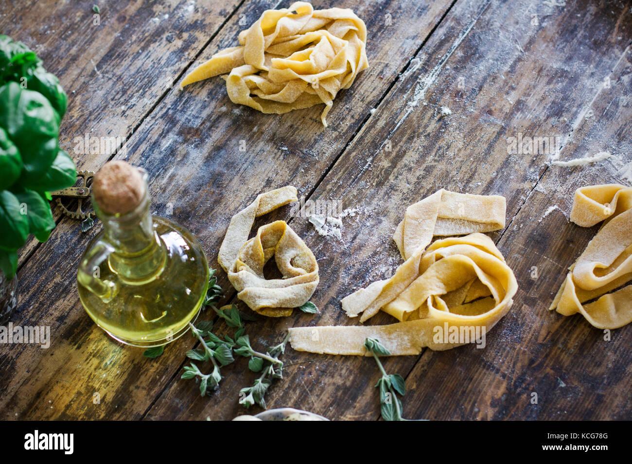 Matières des pâtes sur table en bois Photo Stock