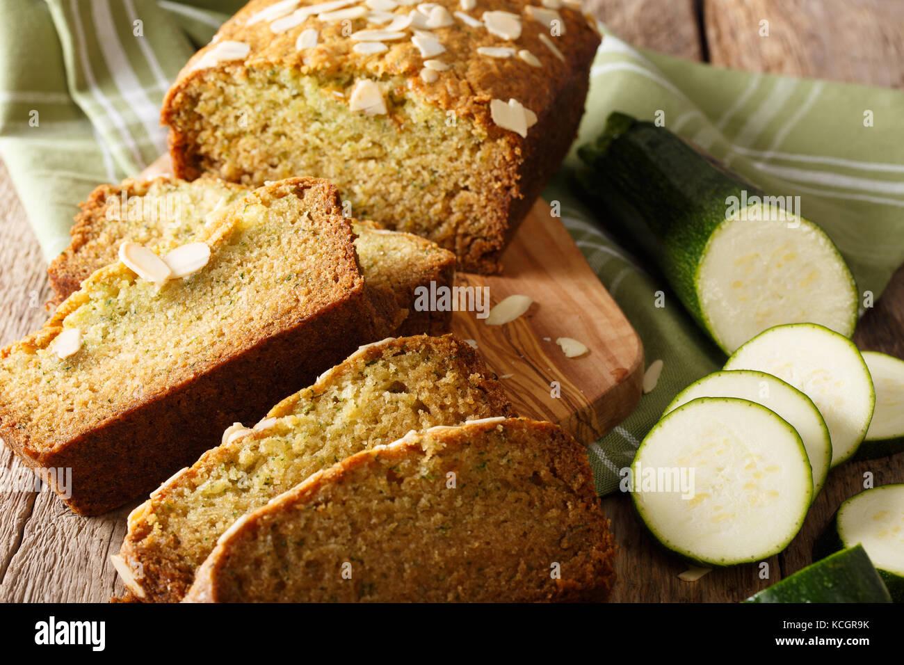 Des tranches de pain de courgettes aux amandes close-up sur la table horizontale. Banque D'Images