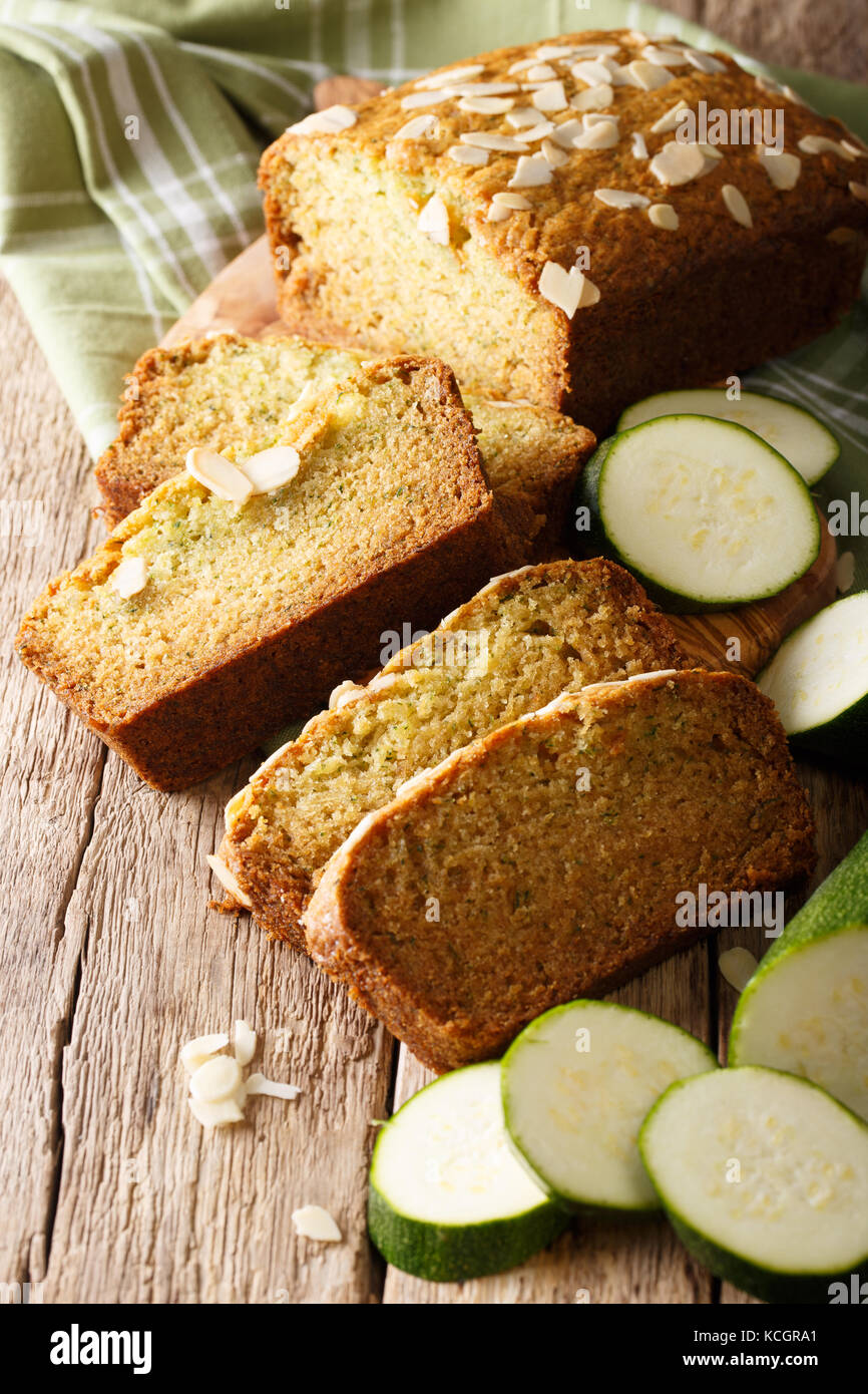 Tranches de pain de courgettes aux amandes close-up sur la table verticale. Banque D'Images
