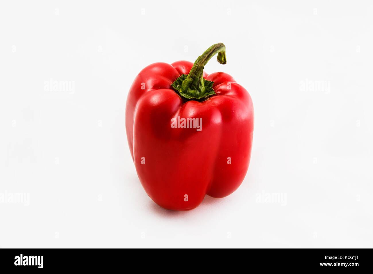 Légumes frais, poivron rouge sur un fond blanc. Photo Stock