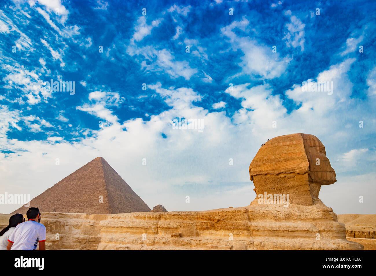 Admirer le sphinx au Caire, Egypte Photo Stock