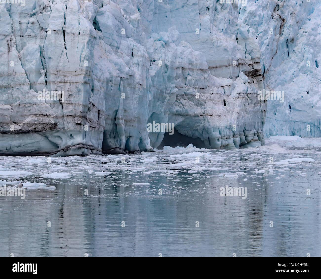 Caves commencent à former à la base des glaciers comme le fond de l'eau et la glace des veaux. margerie glacier mai 2017 Banque D'Images