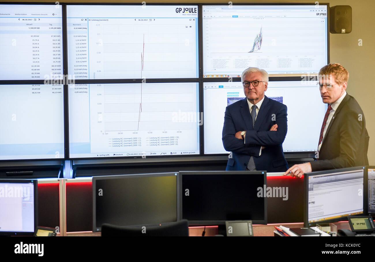 President Federal Frank Walter Steinmeier L Et Le Premier Ministre Daniel Guenther Se Tenir En Face Dun Mur Decrans Qui Montre La Carte De LEurope Au