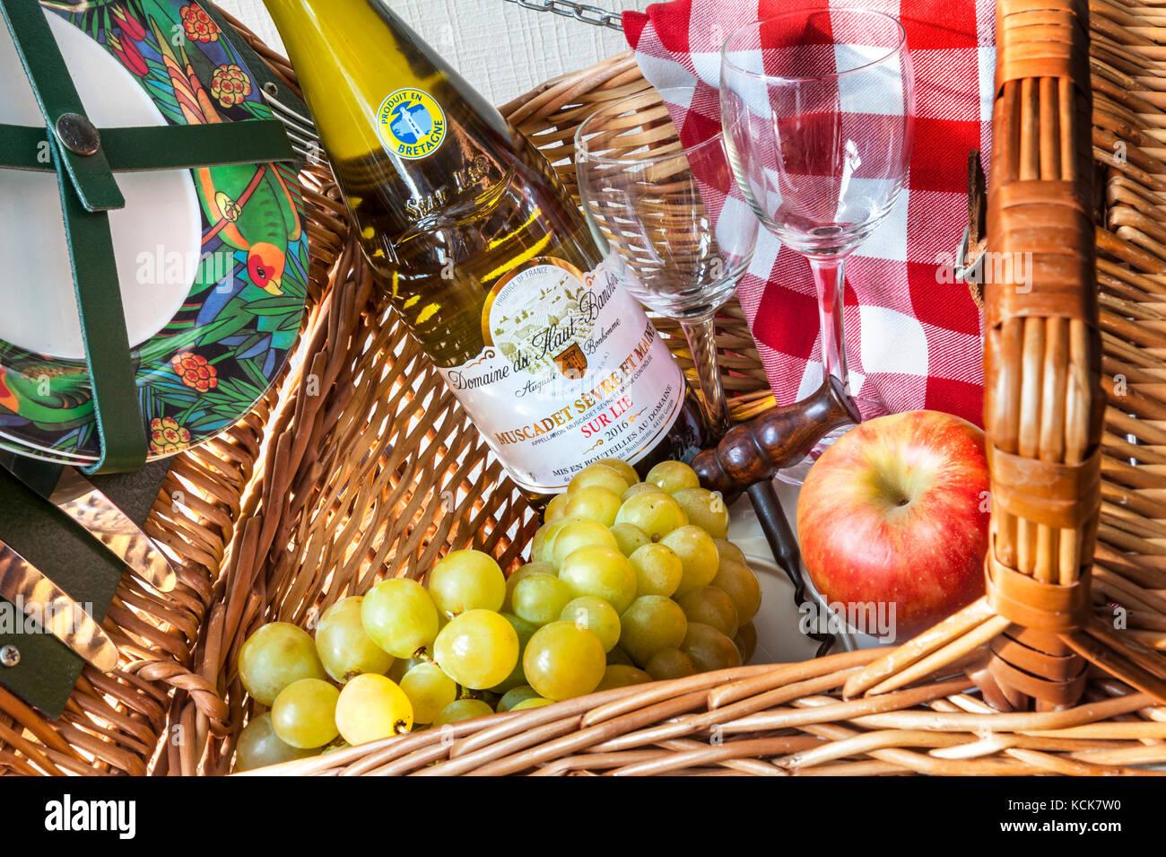 Nappe Lie De Vin préparatifs en cours de pique-nique avec une bouteille de