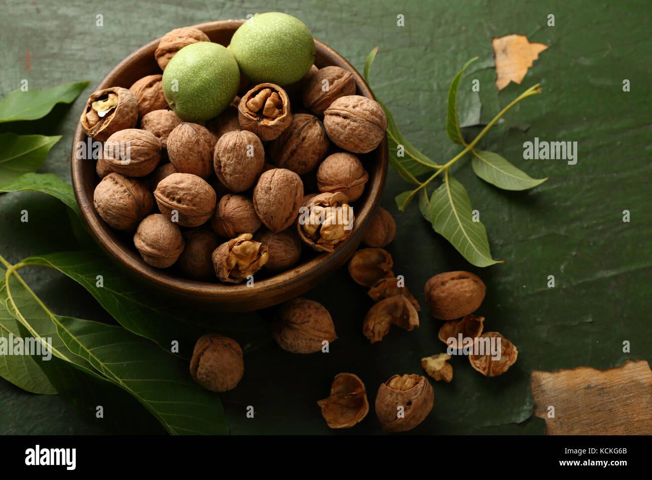 Les noix fraîches dans un bol en bois, de l'alimentation au-dessus Photo Stock