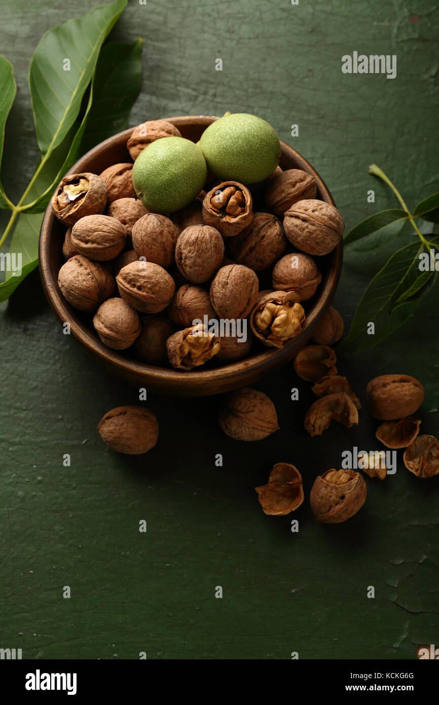 Bol en bois noix fraîches, de l'alimentation Photo Stock