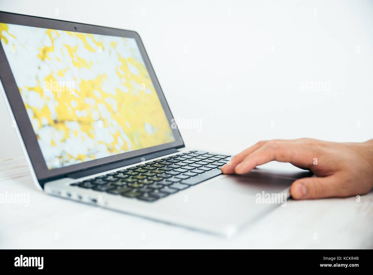 La main à l'aide de touchpad d'ordinateur portable Photo Stock