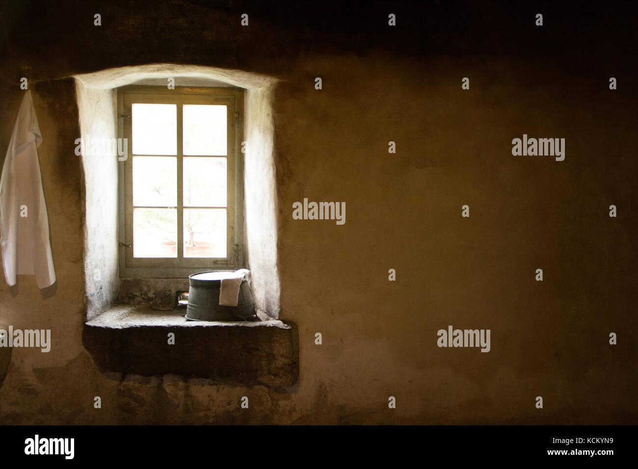 Vintage lavabo dans une vieille maison Photo Stock