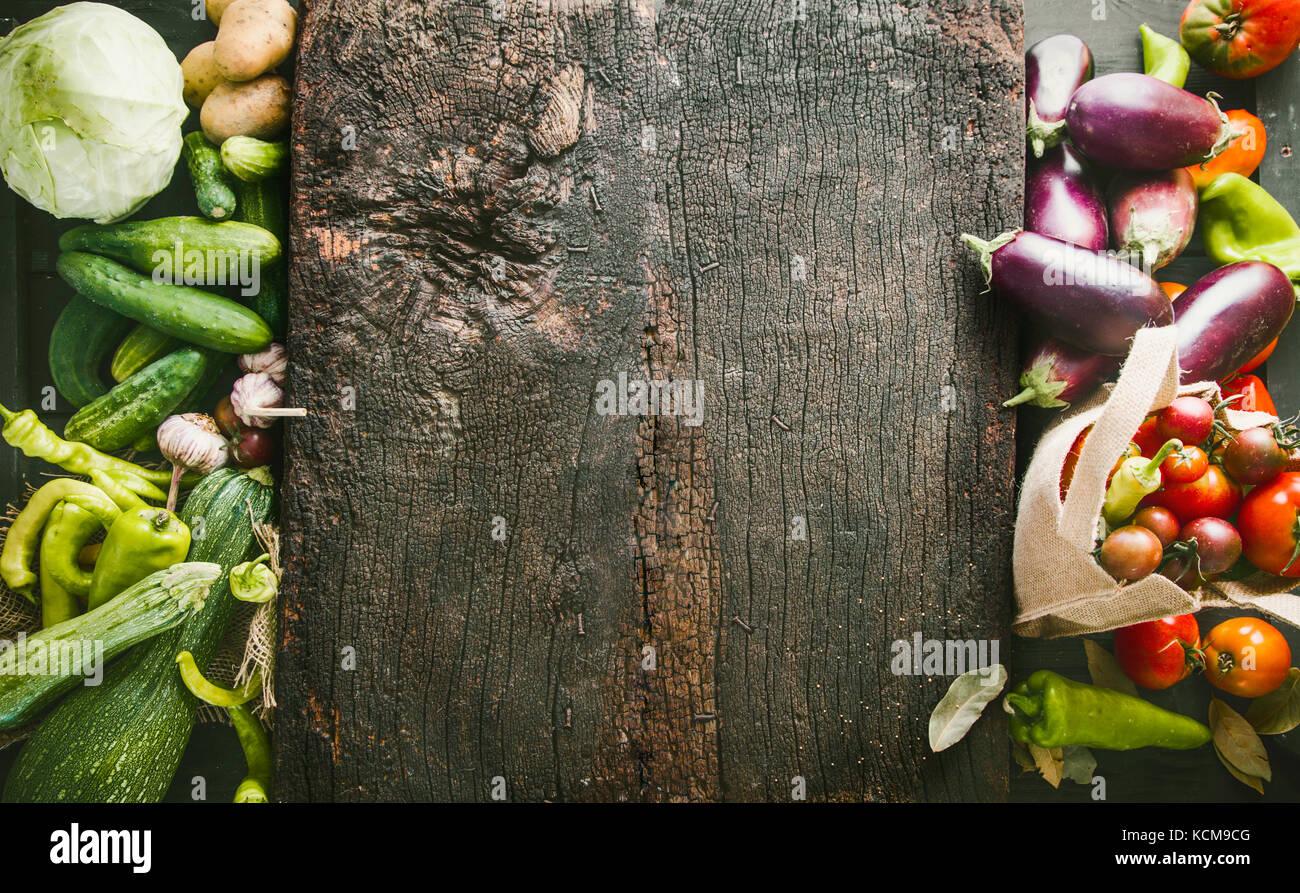 Légumes frais généraux. flatlay cadre alimentaire légumes variété mise en page. Photo Stock