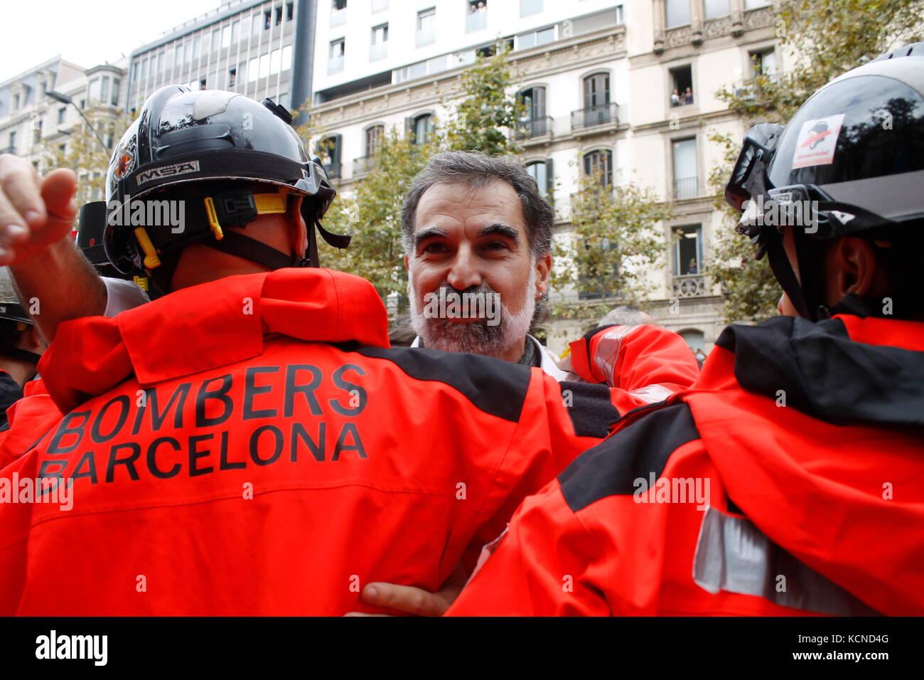 Barcelone, Espagne. 3 octobre 2017. Jordi Cuixart, président d'Omnium , salua les pompiers qui ont assourdi la manifestation deux jours après le référendum. Banque D'Images